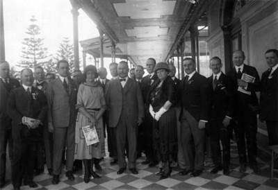 Alvaro Obregón y diputados en el restaurante Chapultepec, retrato de grupo