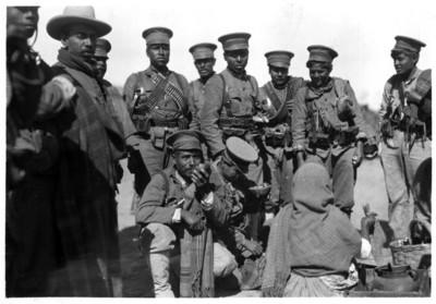 Mujer ofrece alimentos a un grupo de soldados, retrato de grupo