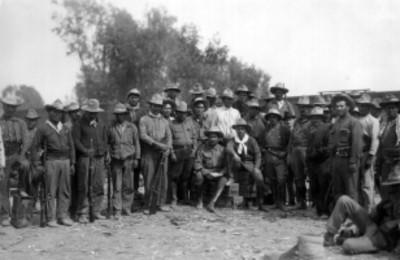 General Jesús Aguirre acompañado de integrantes de su tropa, retrato de grupo
