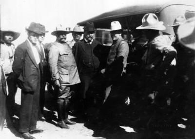 Obregón acompañado de Calles, Eugenio Martínez y un grupo de hombres