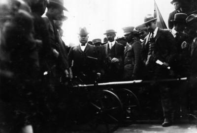 Obregón y miembros de su ejército observa una pieza artillería