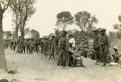 Soldados resguardan las armas en un campamento