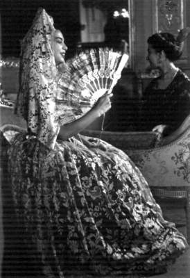 Mujer porta vestido y abanico del siglo XVIII, durante una exhibición en el Castillo de Chapultepec