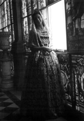 Mujer porta vestido del siglo XIX, durante una exhibición en el Castillo de Chapultepec, retrato