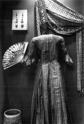 Vestido y accesorios femeninos del siglo XVII, exhibidos en un museo