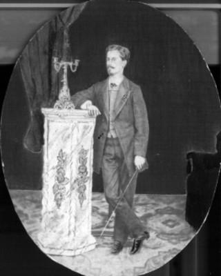 Hombre de pie frente a una columna, retrato