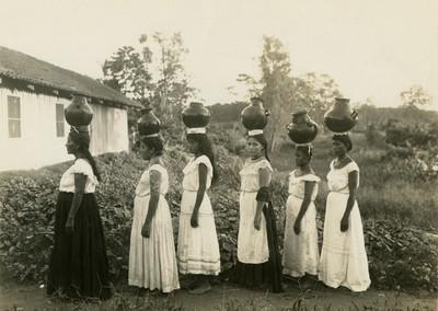 Grupo de mujeres indígenas con cántaros en la cabeza