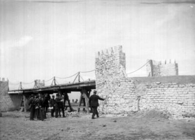 Hombres junto a la tumba de Bernardo Reyes