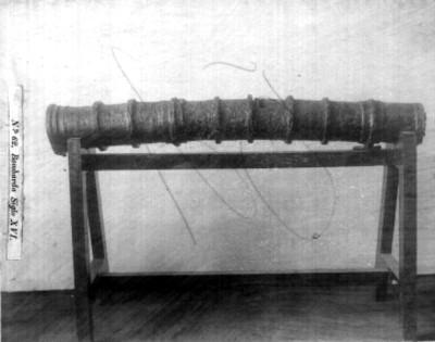 Bombarda exhibida en la sala de un museo, detalle