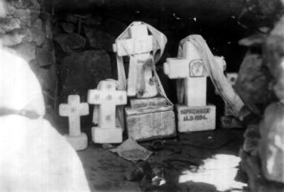 Cruces en el interior de la Capilla del cerro de las Campanas