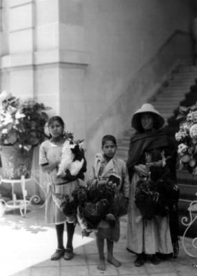 Mujer y niñas con guajolotes y gallinas en la mano, retrato