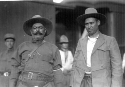 Generales Eugenio Martinez y Berlanga, frente a un vagón