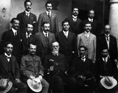 Venustiano Carranza y diputados constituyentes del Estado de Michoacán, retrato de grupo