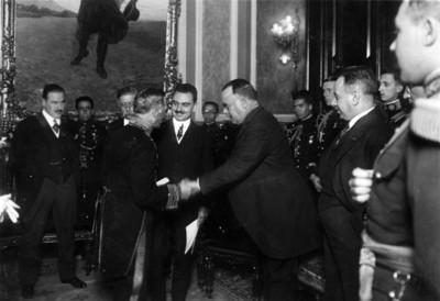Alvaro Obregón y parte de su gabinete recibe a ministro sueco