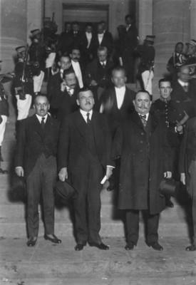 Alvaro Obregón y Plutarco Elías Calles y Séquito a la entrada de la Cámara de Diputados