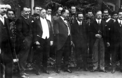 Alvaro Obregón y Charles Beecher Warren, acompañados de sus comitivas, retrato de grupo