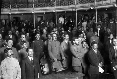 Alvaro Obregón, Roque González Garza y otros convencionistas en una sesión en el Teatro Morelos