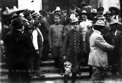 """""""Delegados saliendo de la Convención"""" celebrada en el Teatro Morelos"""