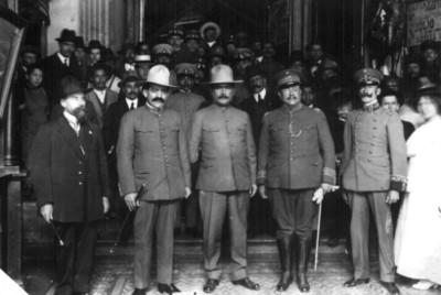 Álvaro Obregón y jefes militares salen de la residencia de Jesús Carranza, retrato de grupo