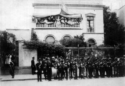 Porfirio Díaz preside ceremonia pública en el balcon de una casa