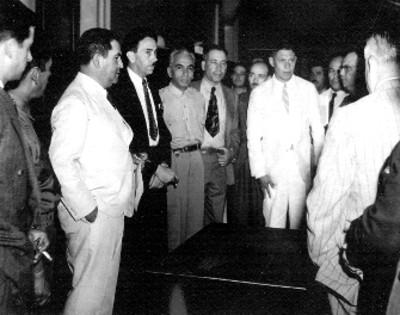 Manuel Ávila Camacho en compañía de Gustavo Baz y un grupo de funcionarios