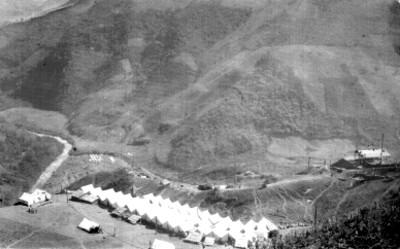 Panorámica de un campamento en las laderas de una barranca