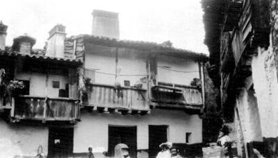Vista parcial de casas con balcones de madera
