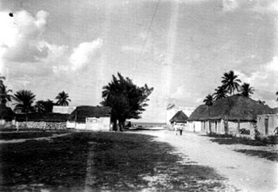 Calle principal de un poblado, vista parcial