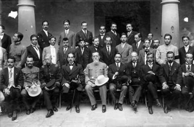 Venustiano Carranza y diputados que representan a Zacatecas en el Congreso, retrato de grupo