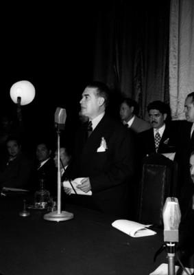 Agustín García pronunciando un discurso durante una ceremonia