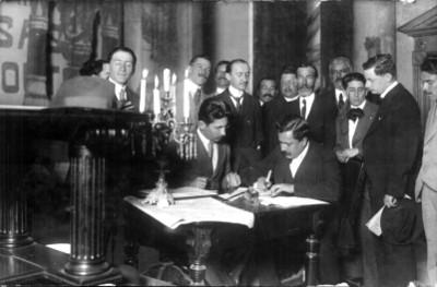 El Diputado constituyente Félix Palavicini presencia la firma la Constitución de 1917