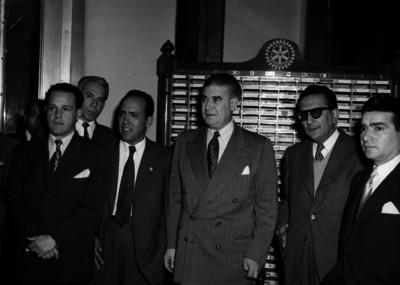 Agustín García en compañía de miembros del Club Rotario durante un acto, retrato de grupo