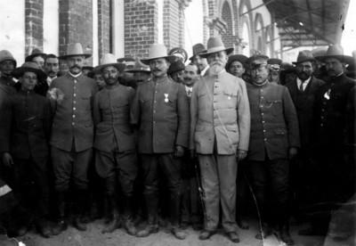 Carranza y Obregón acompañados de otros hombres, retrato de grupo