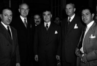 Agustín García en compañía de otros hombres durante un evento, retrato de grupo