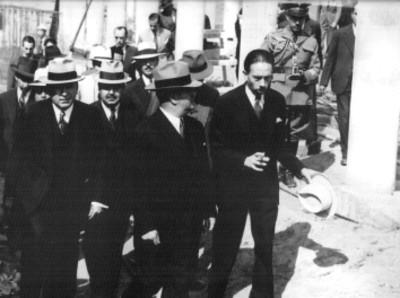 Manuel Ávila Camacho y Gustavo Baz con diversos funcionarios recorriendo un edificio en construcción