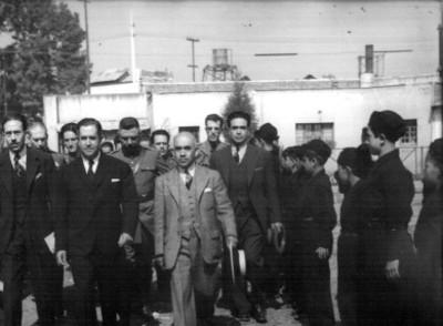 Manuel Ávila Camacho y su gabinete realizando un recorrido en un orfanato
