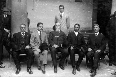 Venustiano Carranza con diputados constituyentes, retrato de grupo
