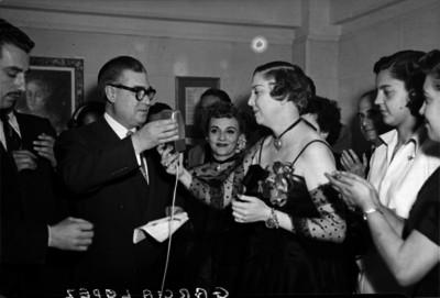 Agustín García y esposa hace uso de la palabra durante un evento