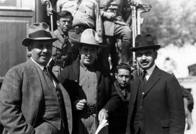Alberto J. Pani, Aarón Saenz y Fernando Torreblanca bajan de tranvía