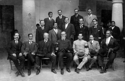 Venustiano Carranza y diputados representantes de Guanajuato, retrato de grupo