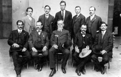 Venustiano Carranza y diputados de distintos estados en el Congreso Constituyente, retrato de grupo