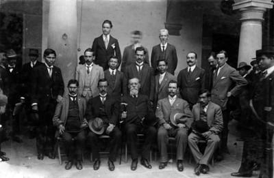Venustiano Carranza y diputados del estado de Puebla, retrato de grupo