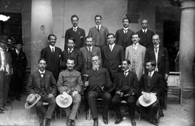 Venustiano Carranza y diputados del estado de Michoacán, retrato de grupo
