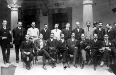 Diputados Constituyentes dispuestos en dos filas, retrato