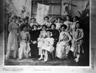 Carmen Serdán y otras mujeres, retrato de grupo