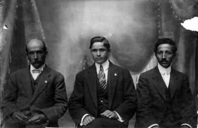 Rafael Martínez de Escobar acompañado de dos diputados de Quintana Roo