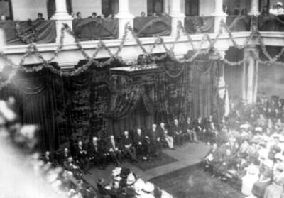 Porfirio Diaz y miembros de su gabinete en la inauguracion de la Escuela de Leyes