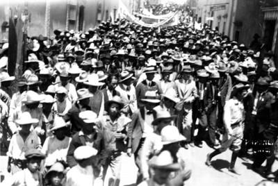 Pascual Ortiz Rubio camina al frente de contigente durante mitin