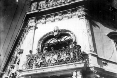 Porfirio Díaz en un balcón acompañado de funcionarios, en acto público