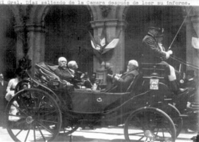Porfirio Díaz, Justo Sierra en un carruaje, frente a la antigua cámara después de leer su informe